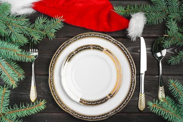 木製の背景に松の木の枝とお祝いのテーブルの設定