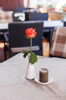 레스토랑에서 발렌타인 데이 빨간 장미와 축제 테이블 설정