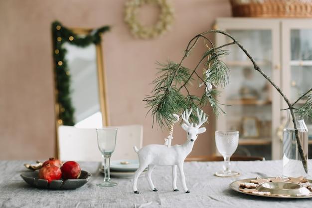 Сервировка праздничного стола деревенскими украшениями на рождество и новый год