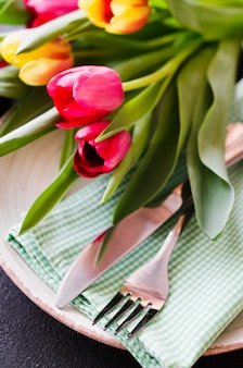 Праздничная сервировка стола с тюльпанами на день рождения, день матери или на другой праздник.