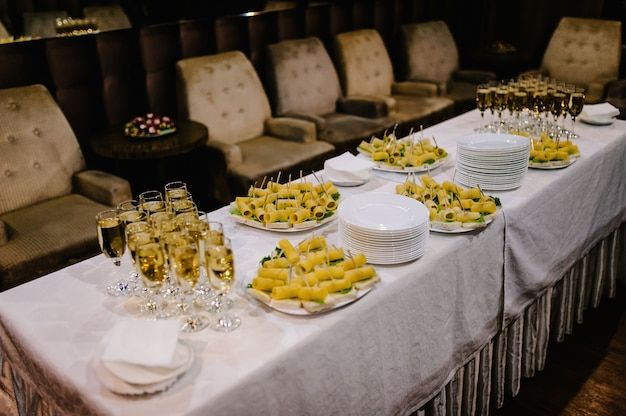 シャンパンとスナック付きのお祝いテーブル。閉じる。