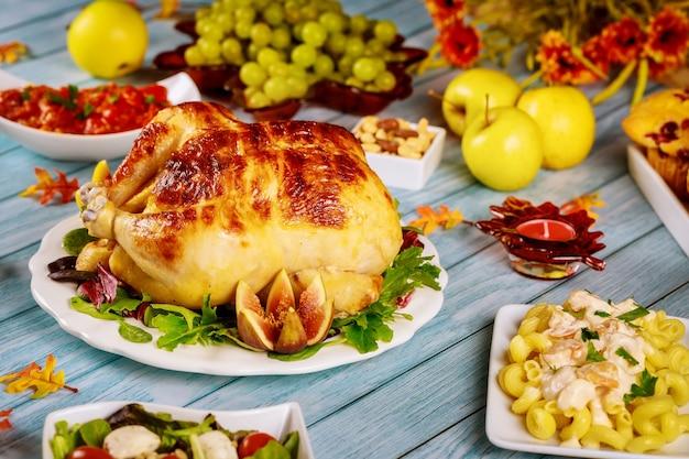 Праздничный стол с традиционной едой на праздник благодарения.