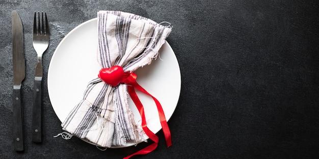 お祝いの食器テーブル設定愛環境プレート、フォーク、ナイフバレンタインデー