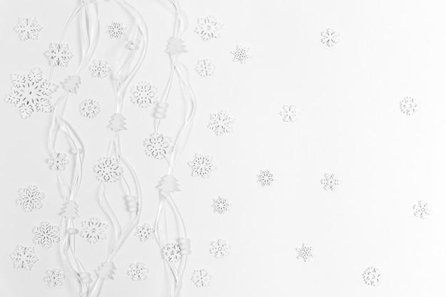 Праздничный модный рождественский белый горизонтальный фон с белыми деревянными снежинками