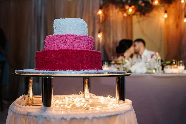 Праздничный свадебный бисквит с белой пудрой