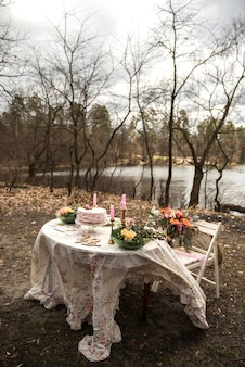 숲에서 축제 결혼식 테이블