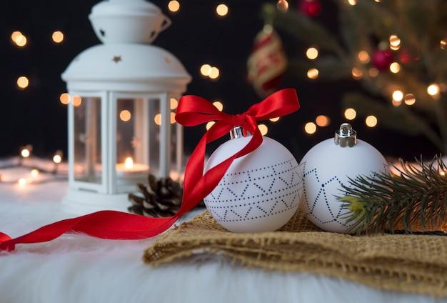 お祝いの白いクリスマスの装飾の休日の概念