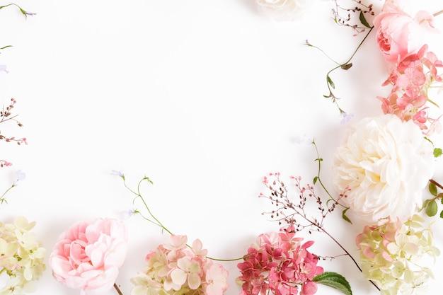 축제 흰색 분홍색 꽃 영어 장미와 흰색 배경에 수국 구성. 배너. 오버 헤드 평면도, 평면 누워. 공간을 복사합니다. 생일, 어머니, 발렌타인, 여성, 결혼식 날 컨셉입니다.