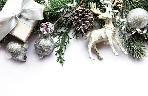クリスマスの装飾が施されたお祝いの白い表面