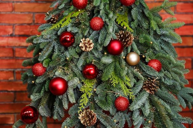 ボールで飾られたお祝いの冬の休日の背景モミの木