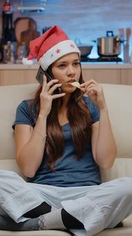 Праздничная женщина разговаривает по смартфону с семьей
