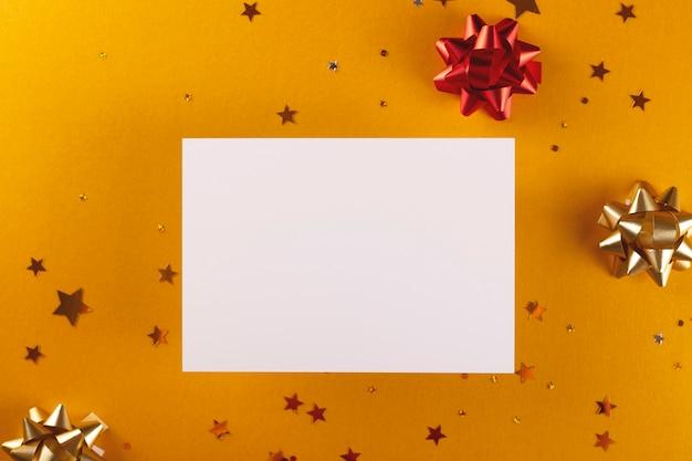Праздничный желтый золотой фон с блестками и украшениями. макет карты