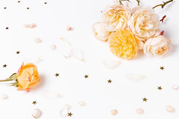 흰색 배경에 축제 노란색 분홍색 흰색 꽃 영어 장미 구성. 오버 헤드 평면도, 평면 누워. 공간을 복사합니다. 생일, 어머니, 발렌타인, 여성, 결혼식 날 컨셉입니다.