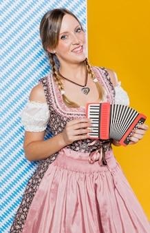 Праздничная молодая девушка с аккордеоном