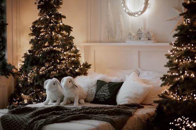 축제 장식 크리스마스 침실 아늑한 인테리어. 겨울 크리스마스 정신