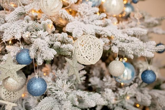 おもちゃでお祝いに飾られたクリスマスツリー