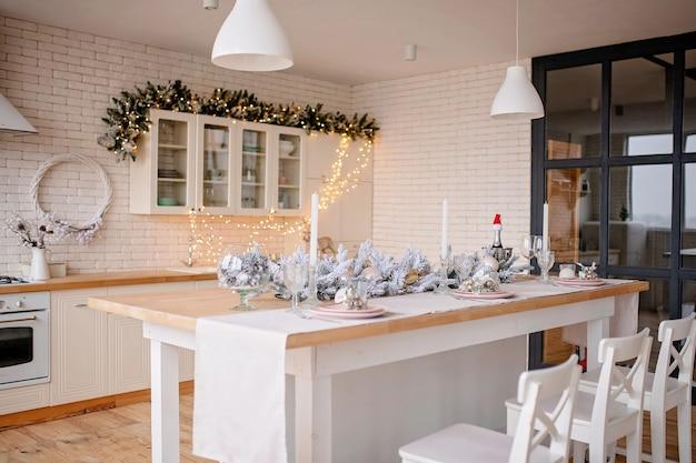 Празднично оформленная кухня рождественский ужин