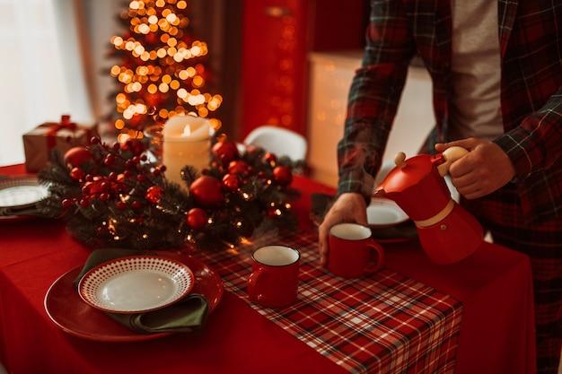 お祝いに飾られたキッチンのクリスマスディナー