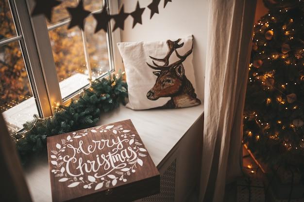 크리스마스 장식으로 축제 장식 된 나무 크리스마스 상자. 겨울 정신