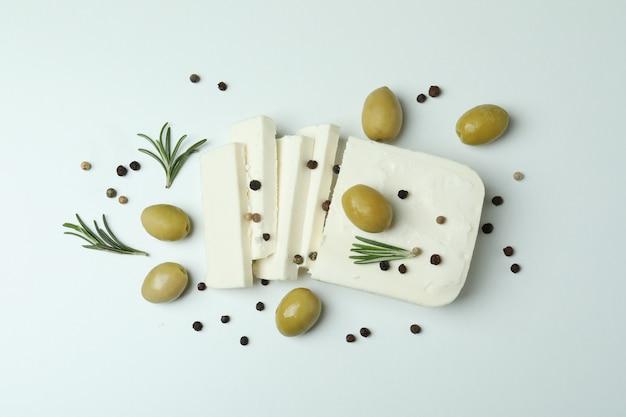 白い表面にフェタチーズとスパイス