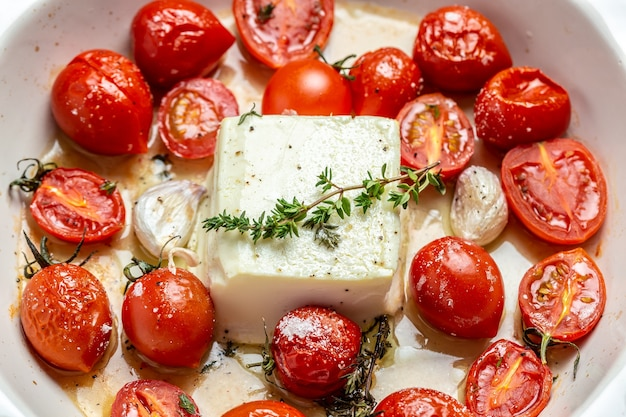フェタパスタ、オーブンで焼いたチェリートマト、フェタチーズとオリーブオイル