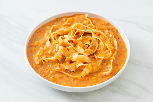 Паста феттучини со сливочно-томатным соусом или розовым соусом
