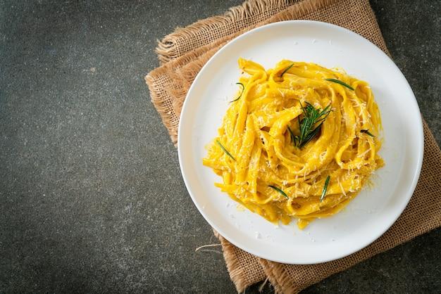 Паста спагетти фетучини со сливочным соусом из орехов и тыквы