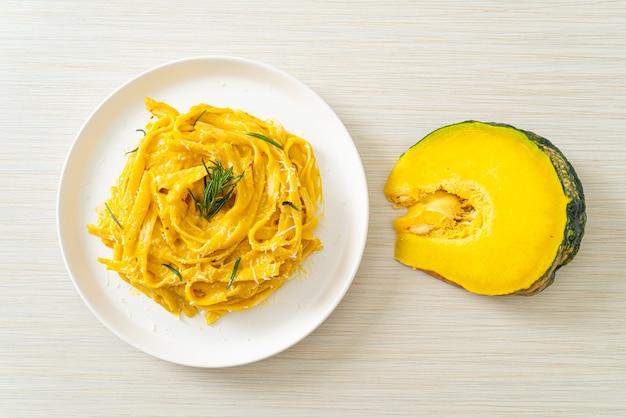Паста спагетти феттучини со сливочно-сливочным соусом из орехов и тыквы