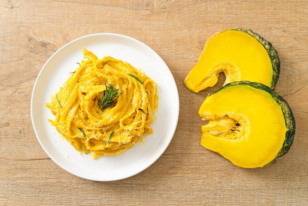 フェットチーネスパゲッティパスタとバターナッツカボチャのクリーミーソース