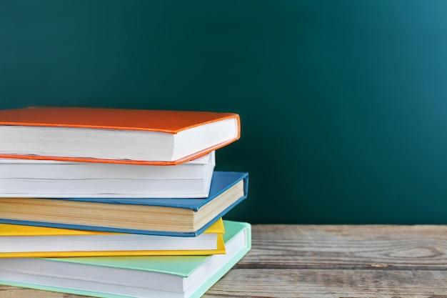 나무 테이블에 몇 가지 책