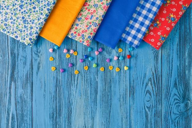 Несколько кусочков ткани на синем фоне