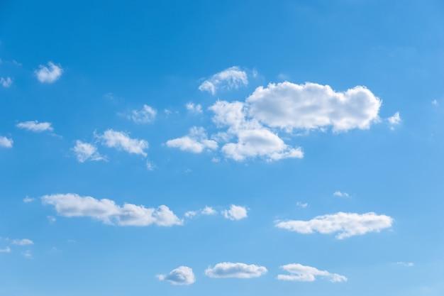 Несколько случайных белых облаков в голубом небе, переменная облачность