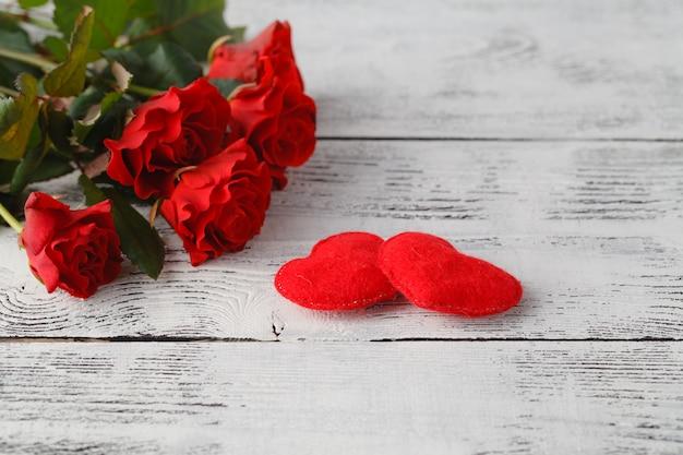 흰색 테이블에 몇 가지 빨간 장미