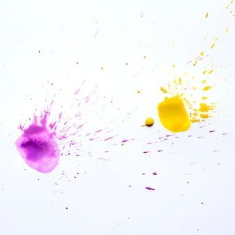 Pochi spruzzi di acqua colorata su carta