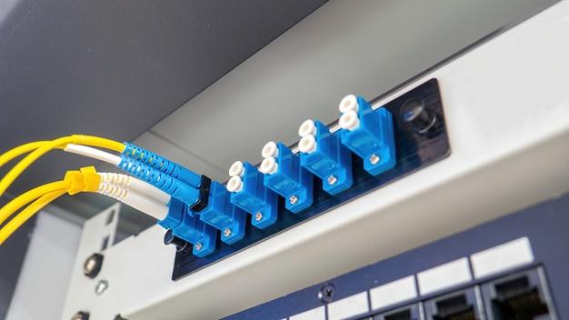 Волоконно-оптические кабели, подключенные к оптическим портам