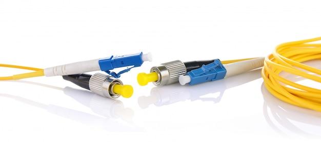 Волоконно-оптические кабели на белом фоне