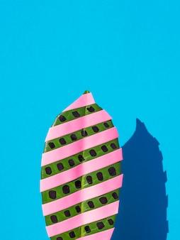 イチジクの葉とコピースペース背景のドット