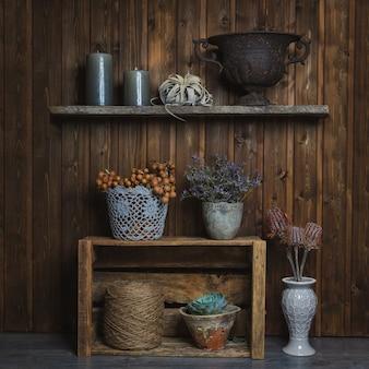 Fidderent корзины и вазы с цветами, стоя на рустикальных стендах