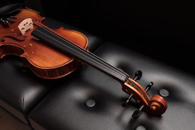 フィドル。白で分離されたバイオリン