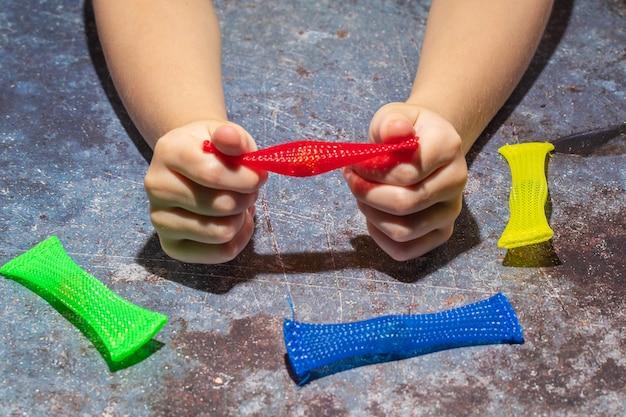 そわそわするおもちゃの編みこみのメッシュは自閉症の子供のためのストレス感覚のおもちゃを取り除きます