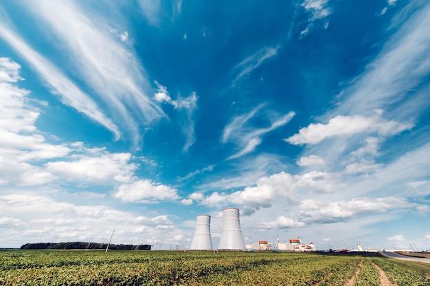 Ostrovetsky 지역의 원자력 발전소 근처 필드