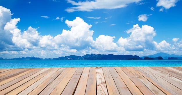 Поле травы и голубое небо.