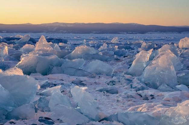 凍ったバイカル湖の氷のハンモックのフィールド