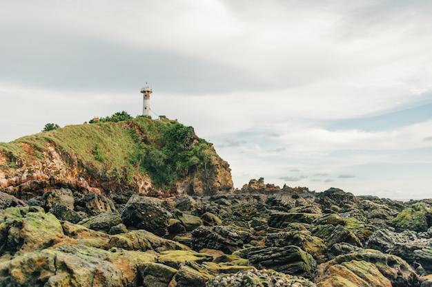 Поле рифов и маяк