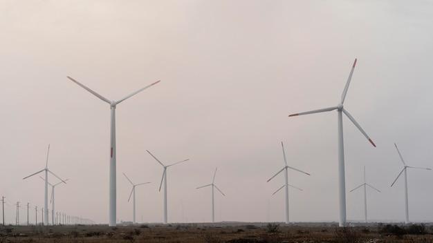 Поле с множеством ветряных турбин, вырабатывающих электричество