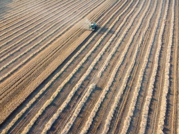 農業機械が収穫時に穀物を集める草刈りのある畑