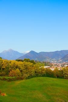 Поля и горы альпы, ломбардия, италия
