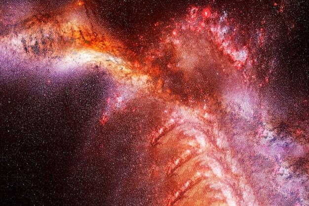 어두운 배경의 불타는 은하 이 이미지의 요소는 nasa에서 제공했습니다