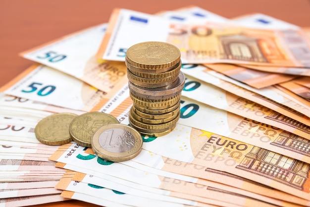 50ユーロ紙幣と硬貨。財務コンセプト。