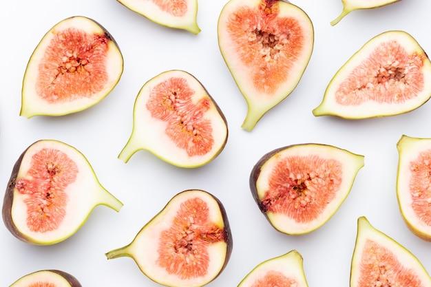 白い背景で隔離のイチジクの果実。上面図。フラットレイパターン